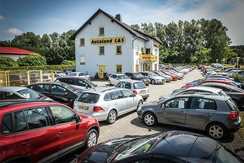 Blick auf das Gelände des Autohaus LS in Cottbus - Bürogebäude und Parkplatz mit vielen Gebrauchtwagen