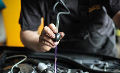 Mitarbeiter der L&S KFZ Werkstatt bei der Fahrzeug Analyse