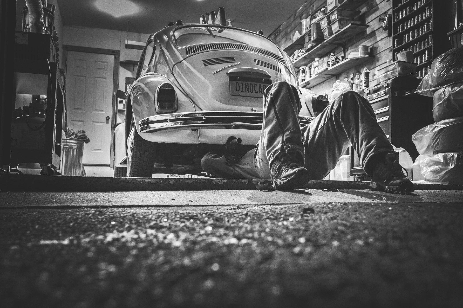 Mechaniker repariert VW Käfer